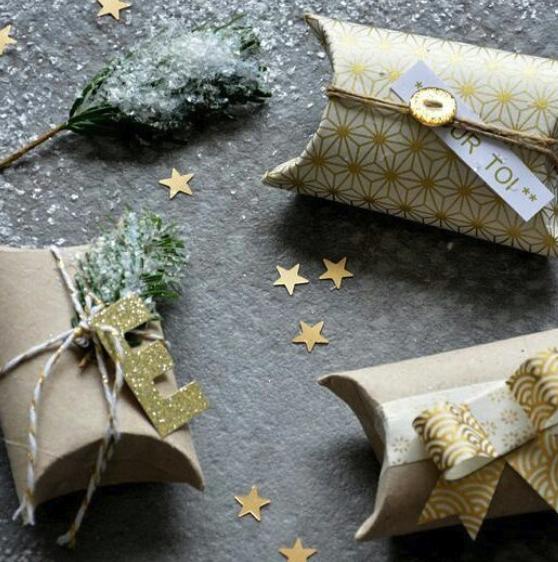 Faire un emballage cadeau avec des rouleaux de papier toilette