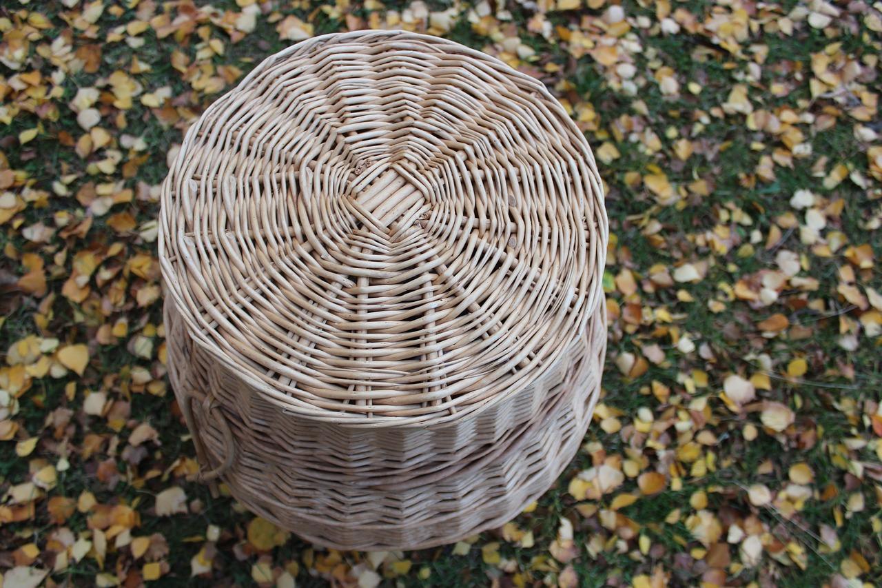 Alternative au papier cadeau : une hotte ou malle en osier